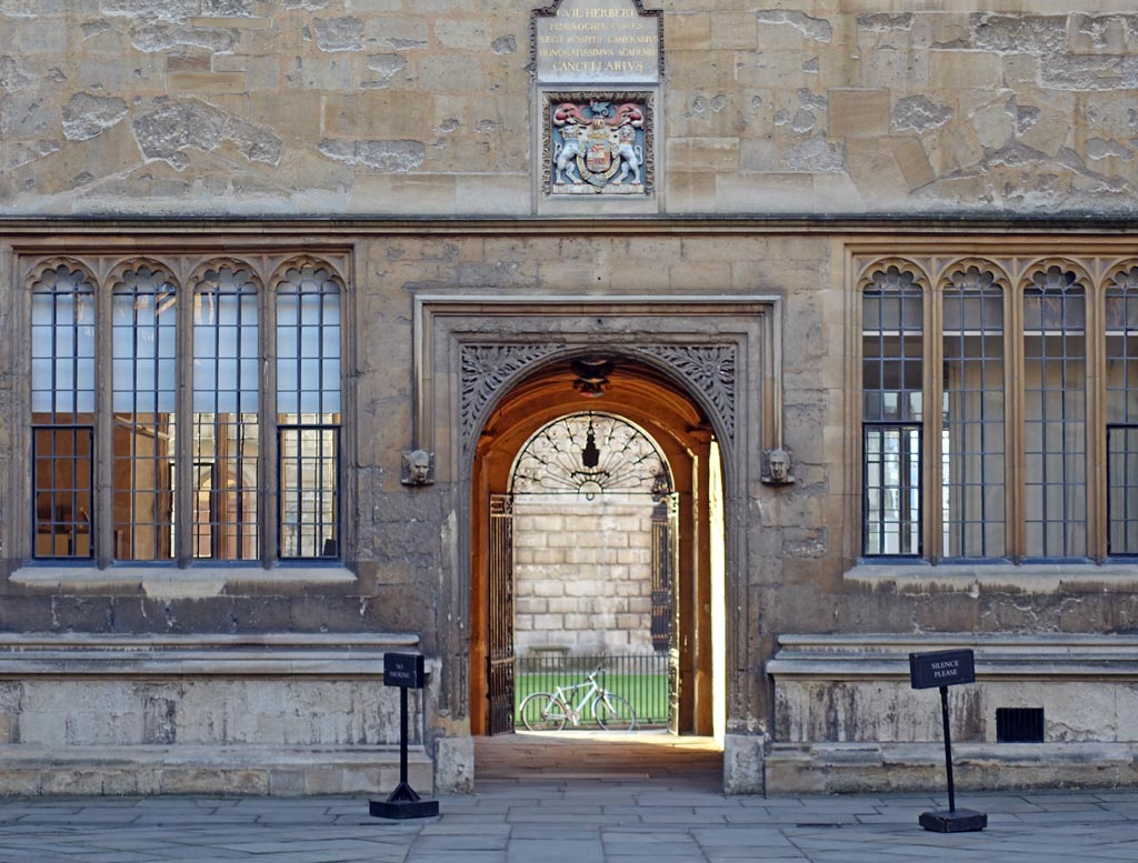 bodleian-gate-light